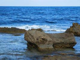 rotsen en blauwe golven foto