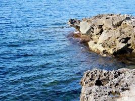 blauwe zee en rotsen foto