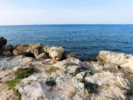 rotsen op het strand foto