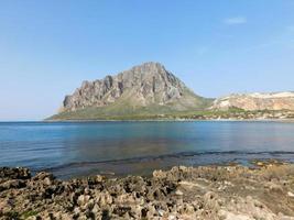 berg bij de zee
