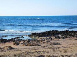 blauw water vlakbij het strand foto