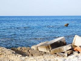 rotsachtige kust op het strand foto