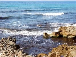 golven en rotsen foto