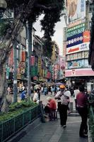 taipei, taiwan, 2020 - mensen die overdag op straat lopen foto