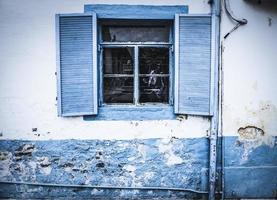 blauw huivert op een raam