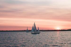 zeilboten bij zonsondergang foto
