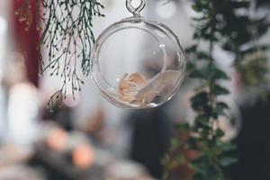 duidelijke kerstbal op een boom foto