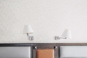 oude klassieke dubbele wandlamp. dubbele wandlamp persoonlijkheid intrekbare decoratieve wandlamp retro slaapkamer hoofdeinde. vintage retro decoratiestijl. foto