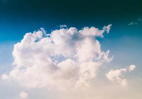 pluizige witte wolken in een blauwe lucht.
