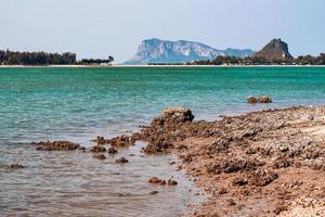berg en blauw water foto