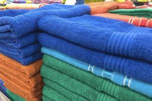 opgevouwen handdoeken te koop in het winkelcentrum. foto