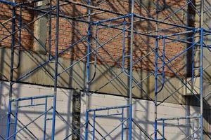 blauwe steiger op een gebouw foto