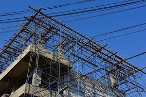 gebouw in aanbouw met een blauwe hemel