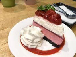 cheesecake met aardbeien en room