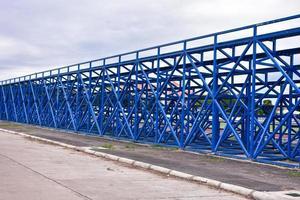 blauwe metalen staven