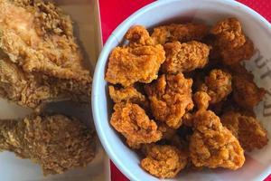 bovenaanzicht van gebakken kip foto