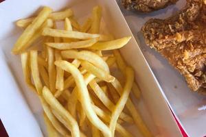 patat en gebakken kip foto