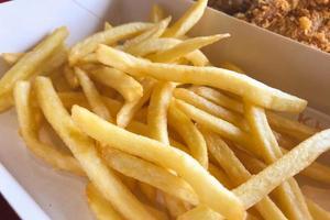 frieten in mand klaar om te eten foto
