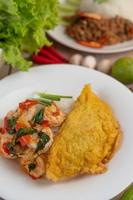 rijst gegarneerd met garnalen en omelet