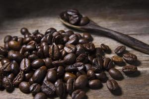gebrande koffiebonen en houten lepel