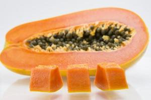 de helft van rijp papajafruit en zaden foto