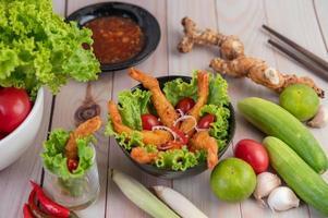 garnalen gefrituurd in beslag op salade