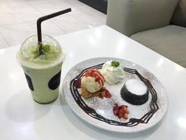 bord met desserts met een drankje