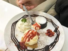 close-up van een persoon die dessert eet