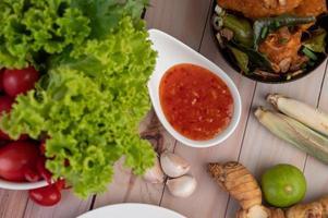dipsaus met citroengras, knoflook, limoen en tomaat