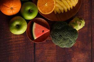 kleurrijke watermeloen, ananas, sinaasappels met avocado en appels foto