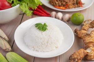 rijst gekookt in een witte schotel foto