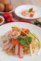 roergebakken instant noedels met garnalen en krabben