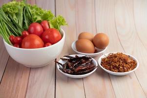 gebakken uitjes, paprika, eieren, tomaten, sla en bosui
