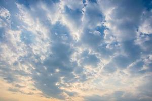 wolken aan de hemel bij zonsondergang foto