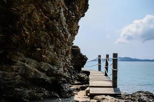 rotsen op een strand in thailand