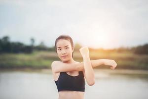 gezonde jonge vrouw buiten warming-up voor training foto