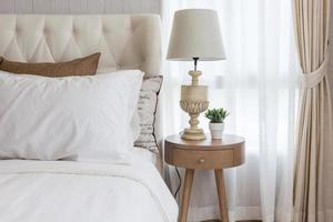 nachtkastje met een lamp