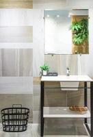 moderne badkamer met planten foto