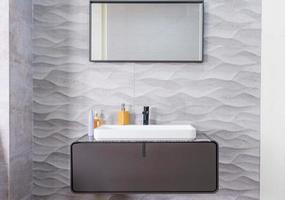 moderne grijze badkamer foto