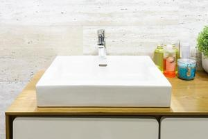 witte wasbak in moderne badkamer foto