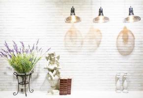 moderne bakstenen muur interieur drijf witte houten planken en frame concept decor, moderne lamp foto