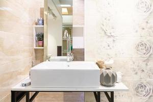 verhoogde gootsteen in de badkamer foto