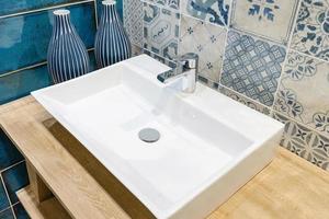 blauwe tegel in een badkamer foto