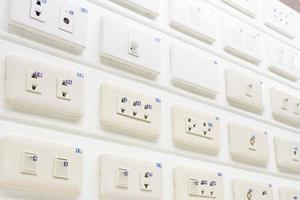 nieuwe collectie moderne tuimelschakelaar witte lichtschakelaar en stopcontact geïsoleerd op een witte achtergrond. foto