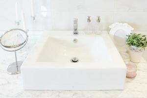 moderne wastafel in een badkamer foto