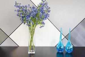 lavendelboeketten in vaas op houten achtergrond met exemplaarruimte foto