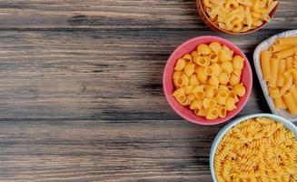 macaroni als pijp-rigate rotini ziti en anderen op houten achtergrond met kopie ruimte