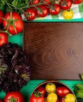 bovenaanzicht van groenten op een houten tafel foto