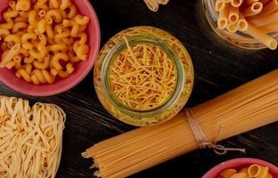 pasta op een donkere ondergrond foto