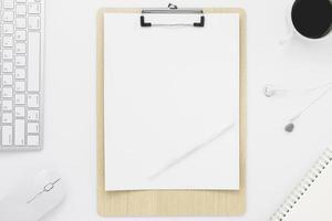 minimaal bureau tafel bovenaanzicht met kantoorbenodigdheden en koffiekopje op een witte tafel met kopie ruimte, witte kleur werkplek samenstelling, plat leggen foto